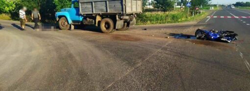 На трассе Одесса – Рени мотоцикл влетел в грузовик (фото)