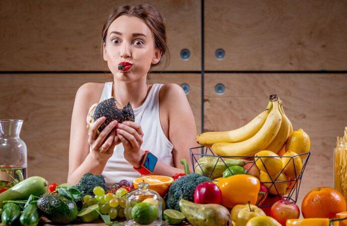 Сухофрукты – на завтрак, бананы – после обеда: какие продукты и когда нужно есть?