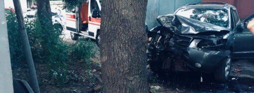 Смертельное ДТП в Одессе: кроссовер врезался в дерево
