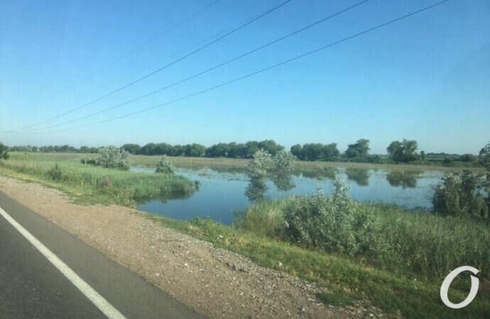 Вода подобралась вплотную к трассе Одесса – Рени (фото)