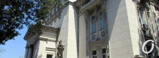 И в зале, и под зонтиком на воздухе: Одесская национальная научная библиотека открылась для читателей