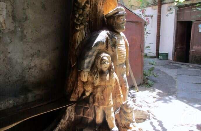 Моряк, девочка и кот: старый тополь в одесском дворе превратили в скульптурную композицию (фото)