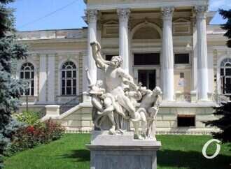Не ремонтировалась более 70 лет: кто поможет спасти парадную лестницу Одесского археологического музея?