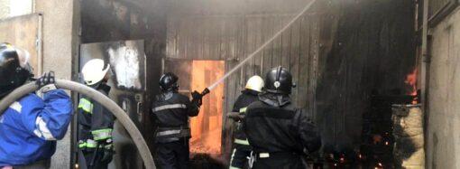 Як одеські рятувальники ліквідували масштабну пожежу у складському приміщенні? (відео)