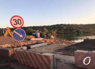 Як на мосту через Хаджибейський лиман розширюють проїжду частину? (відео)