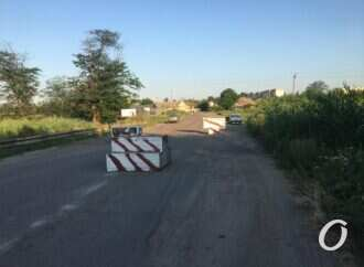 Особенности одесской логистики: жители пригорода перекрыли дорогу фурам