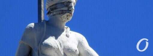 Скульптура Ночи над зданием мэрии все еще в «маске»
