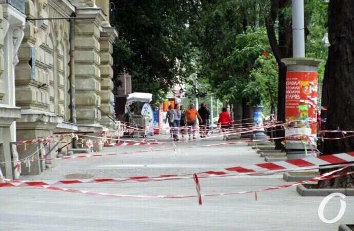 Тротуар рядом с библиотекой ОНУ стал длинной и широкой опасной зоной