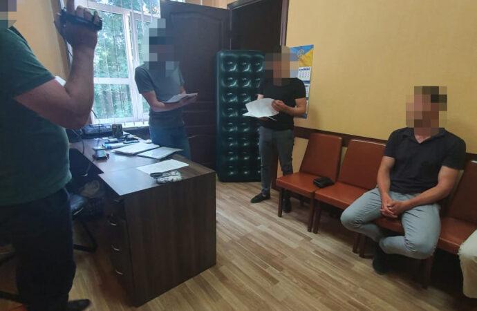 Возглавлял криминальную группировку: в Одессе за вымогательство задержали офицера СБУ