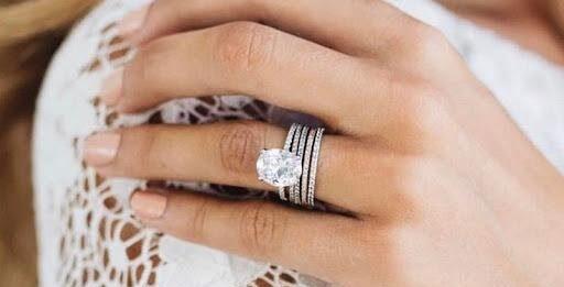 Как выбрать обручальное кольцо с бриллиантом?