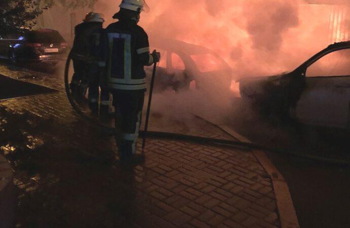 В Одесі вночі згоріли два автомобілі