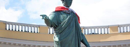 В Одесі пам'ятник Дюку де Рішельє одягнули у прапор Білорусі (фото)