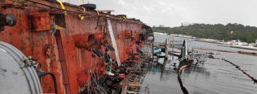 Біля танкера Delfi продовжуються підготовчі до підйому роботи (фото)