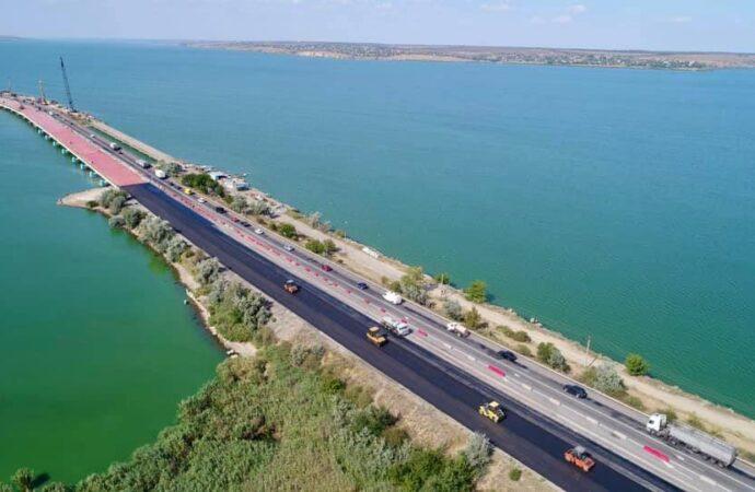 Цього тижня на мосту через Хаджибейський лиман планують відкрити рух трьома смугами