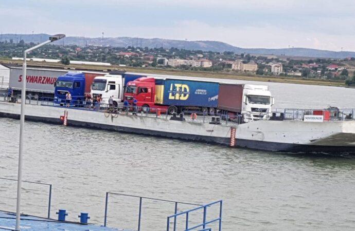 У пункті пропуску «Орлівка – Ісакча» пором перевіз перших 150 вантажівок (фото)