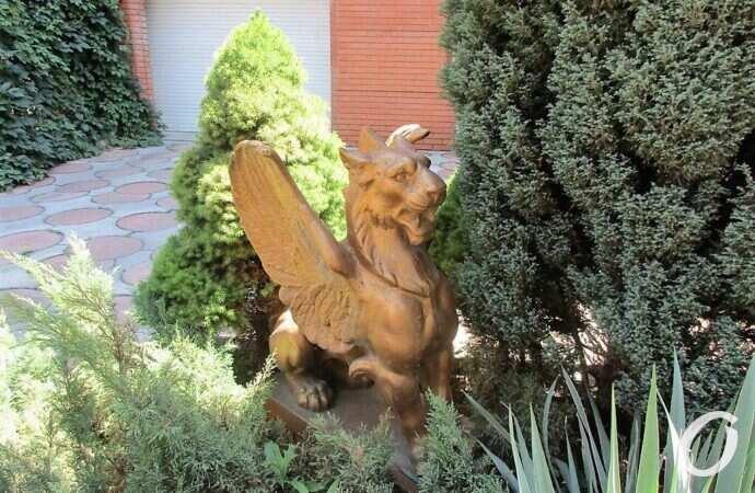 Где живет бронзовый собрат грифона из Уголка старой Одессы?