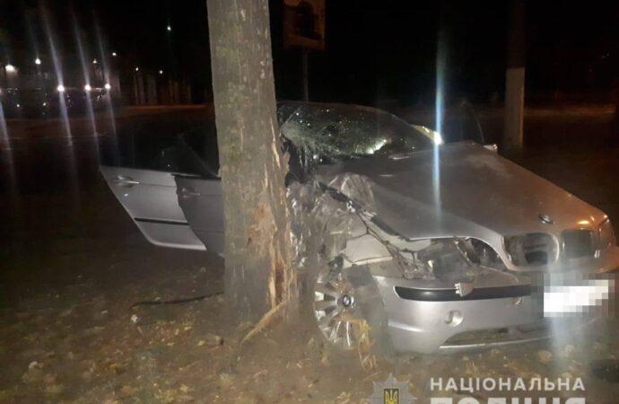 В Одессе BMW влетел в дерево: есть погибший и пострадавшие (фото)
