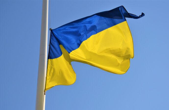 Над Потемкинской лестницей в Одессе развернули огромный флаг Украины (видео)