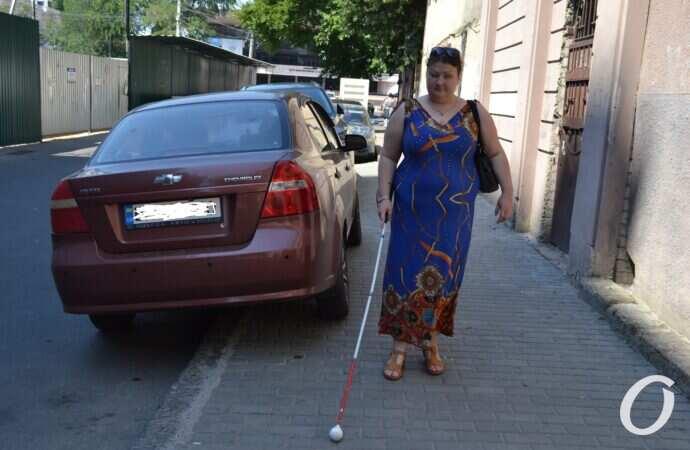 Хаос возле вокзала и жулики в такси: как инвалиды по зрению выживают в Одессе? (фото)