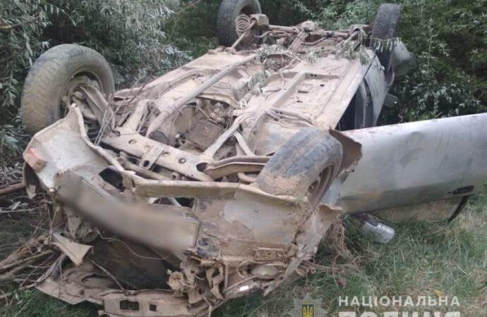 На Одещині легковик злетів з ґрунтової дороги та впав у схил: є двоє постраждалих
