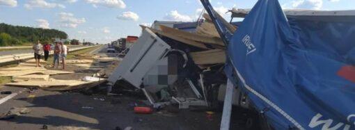 На трасі Одеса – Київ вантажівка в'їхала в автопоїзд: є загиблі (фото)