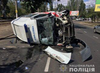 В Одесі внаслідок ДТП перекинулася карета швидкої допомоги (фото)