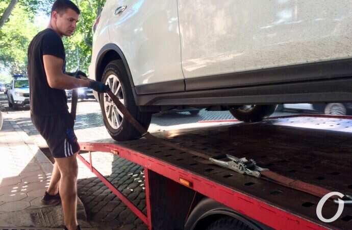 Операция «эвакуация»: по каким правилам эвакуируют неправильно припаркованный автомобиль?