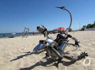 На пляже 13-й Фонтана появились сюрреалистичные фигуры из хлама (фото)