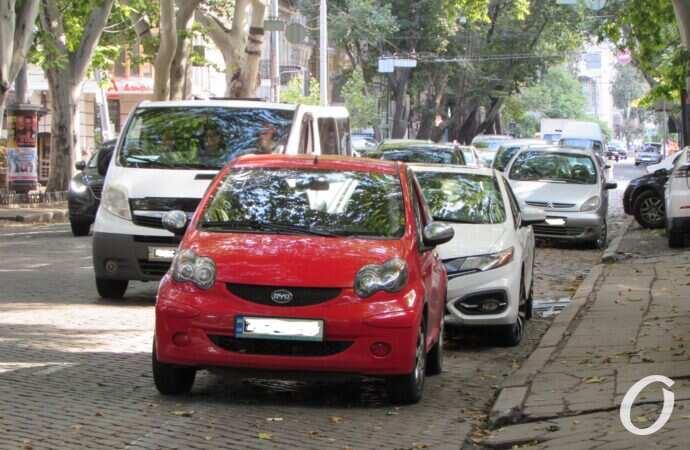 В Одессе полицейские ушли с Пушкинской и на дороге снова начали парковаться (фото)