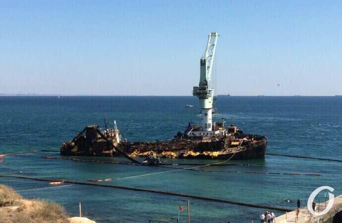 Delfi немного приподняли: как продвигаются работы на месте крушения танкера в Одессе (обновлено)