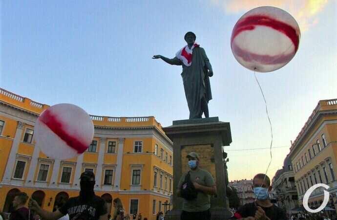 «Перемоги, сябры»: в Одессе у Дюка прошла акция в поддержку оппозиции Беларуси (фото)