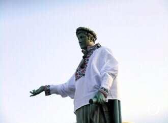 Памятник Дюку в Одессе одели в вышиванку (видео, фото)