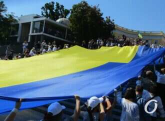 29 метров и 29 лет: в Одессе развернули огромный флаг Украины (фото)