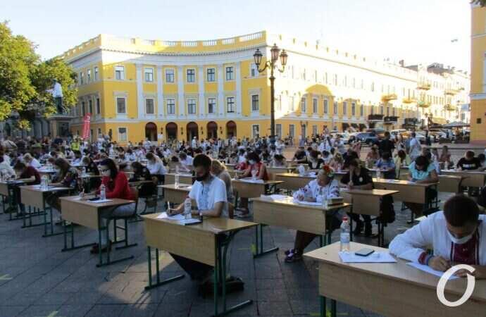 «Світанок над морем»: одесситы у Дюка писали массовый диктант по украинскому языку (фото)