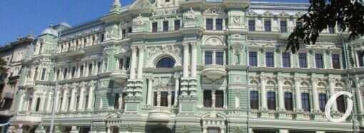 Дом Руссова: о чем говорят «морщины» на фасаде и что с деревьями рядом?