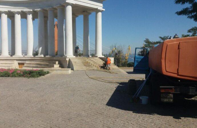 Як в Одесі комунальники мили Воронцовську колонаду? (фото)