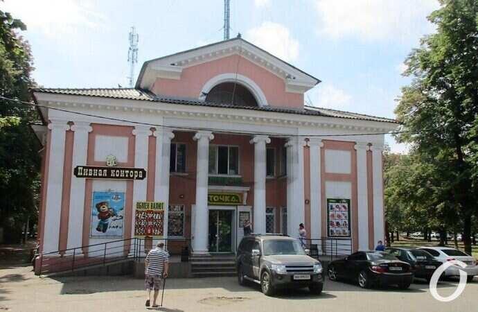 Сквер у бывшего кинотеатра «Вымпел»: благоустройство, развалюхи на подпорках и местные «ароматы»