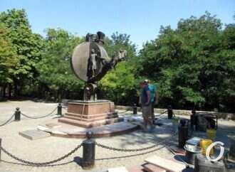 В Одессе приводят в порядок памятник Апельсину (фото)