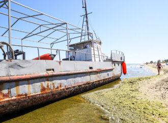 Как Delfi: в Одесской области к пляжу прибило рыболовецкое судно (фото)
