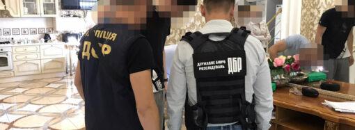 Адвокат и бывший опер с сообщниками отобрали у одесситов 19 квартир (фото)