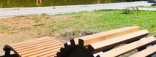 Мир становится лучше: еще одно кресло появилось в одесском парке Победы за счет меценатов