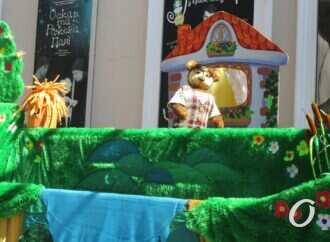 Спектакль на улице: Одесский театр кукол необычно поздравил с Днем города