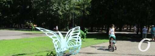 В День города Одесса Преображенский парк порадовал новшествами: зеленые зверушки и скамейки-бабочки