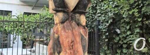 В одесском дворе старое дерево превратили в памятник Пушкину и его другу