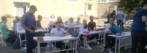 Школьники в Одесской области вынуждены учиться под открытым небом