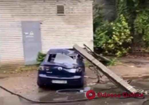 В Одесі бетонний стовп впав на автомобіль (відео)