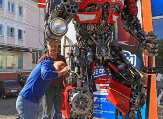 Автоботы прилетели в Одессу: на Балковской появился трехметровый робот