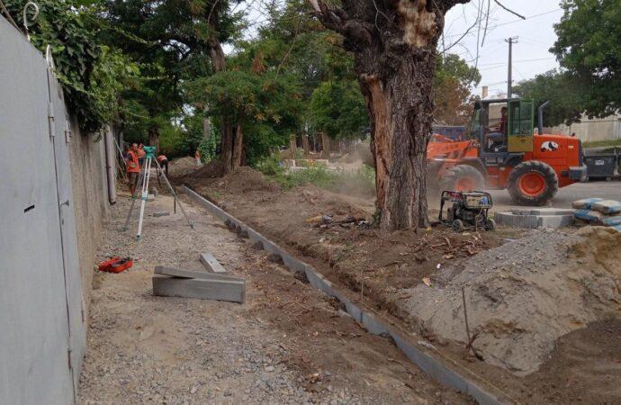 На Дальних Мельницах ремонтируют улицу Строганова