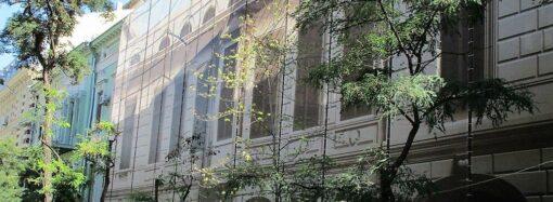 Леса, новое ограждение и красивая драпировка: как выглядит сегодня одесский дом Гоголя