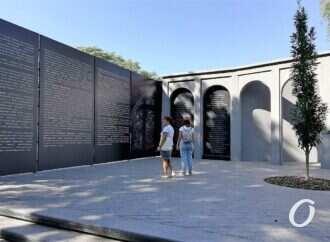 Вандалы уже «внесли коррективы» в надписи на Мемориальной стене в Преображенском парке